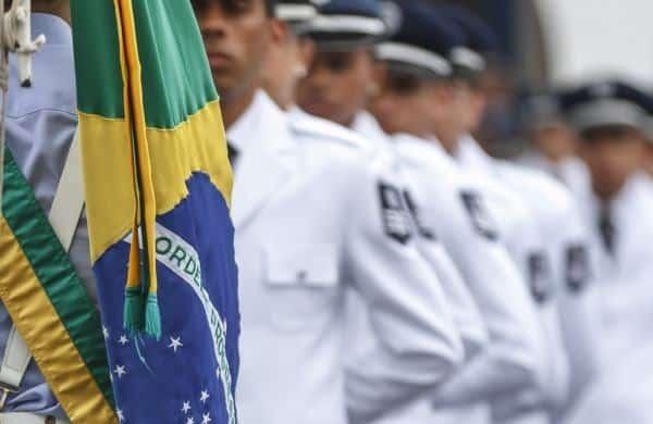 sargentos e bandeira do Brasil