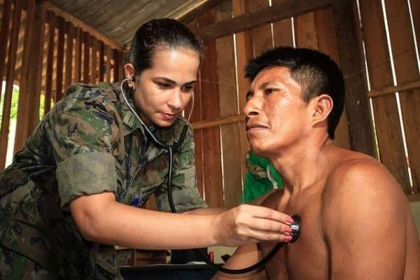 enfermeira CAFAR fazendo atendimento